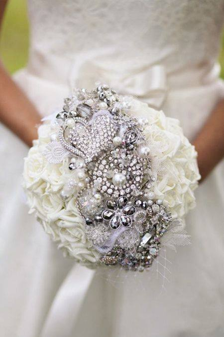 Сватбен букет с бляскави бижута сватбена агенция Инанна
